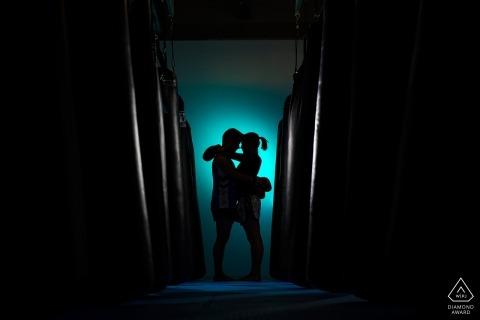Atletisch paar pre-huwelijksportret bij boksportschool van de vechtclub. Boulder Betrokkenheid Fotograaf