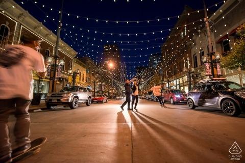 Boulder Betrokkenheid fotografie 's nachts in het midden van de straat met passerende skateboarders.