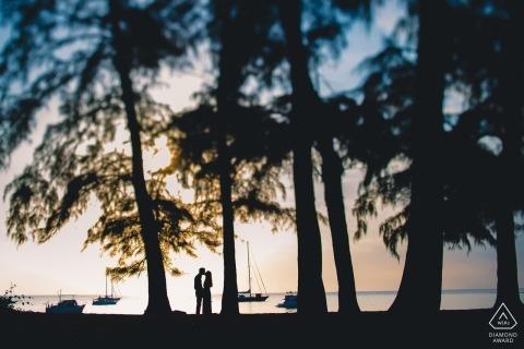 Foto di fidanzamento di Mumbai. Ritratti pre-matrimonio sugli alti alberi vicino alla spiaggia. Fotografia di silhouette