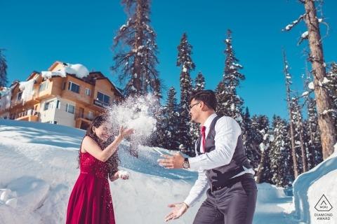 Maharashtra, India Engagement Photographer. Coppia impegnata Gioca nella neve.