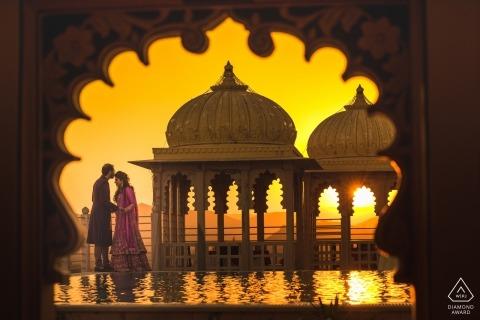 Foto di fidanzamento Maharashtra. Sessione di ritratto pre-matrimonio con il sole al tramonto e l'architettura.