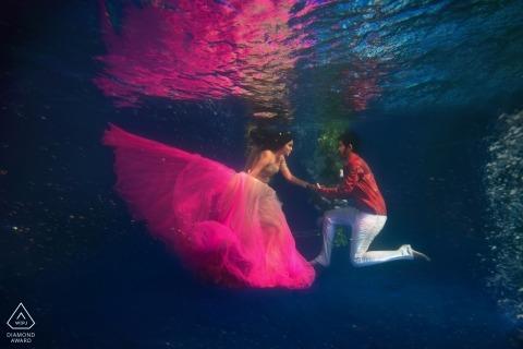 Maharashtra Unterwasser-Verlobungsfoto. Mumbai Vorhochzeitstrieb im Wasser.