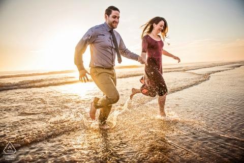 Fotógrafo de bodas en Baltimore para sesiones de fotografía de compromiso en Maryland en la playa