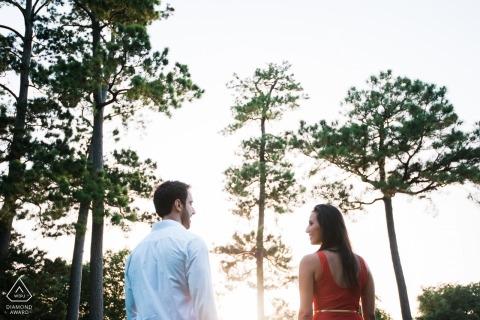 London Verlobungsfotograf. Symmetrische Aufstellung für ein Porträt im niedrigen Nachmittagssonnenlicht für dieses Paar durch die Bäume.