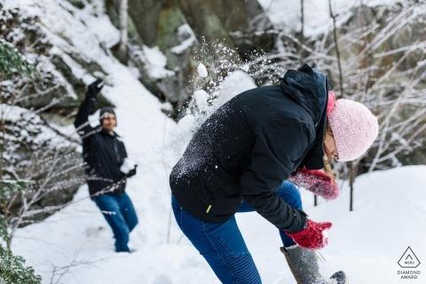 Photos québécoises dans la neige d'un couple en train de jouer par l'un des meilleurs photographes de fiançailles de mariage à Montréal