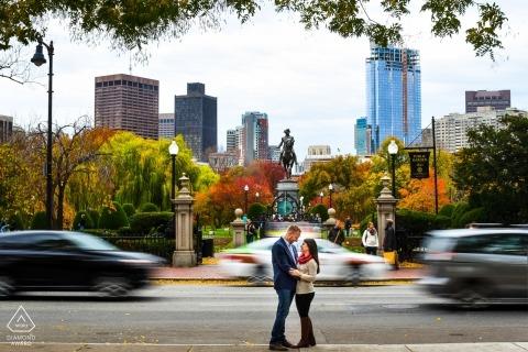Georgia fotógrafo de compromiso. Retrato de pareja con un obturador lento borrando los coches que pasan antes de la ciudad.