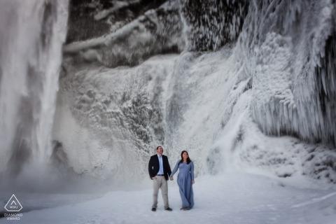 Ein Paar aus Maryland posiert während einer Portrait-Session vor der Hochzeit eines Fotografen aus Baltimore