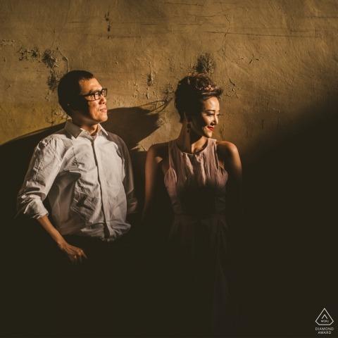 Quadratisches Porträt mit den Paaren im Sonnenlicht. Siena Verlobungsfotograf