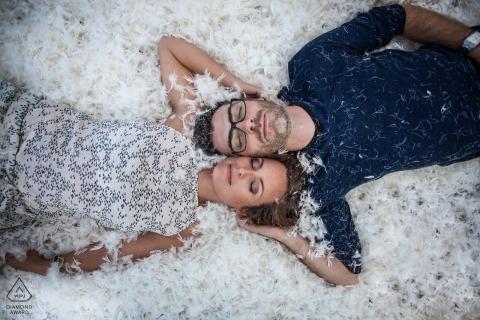 Prewedding ritratto di coppia, che in un letto di piume sciolte