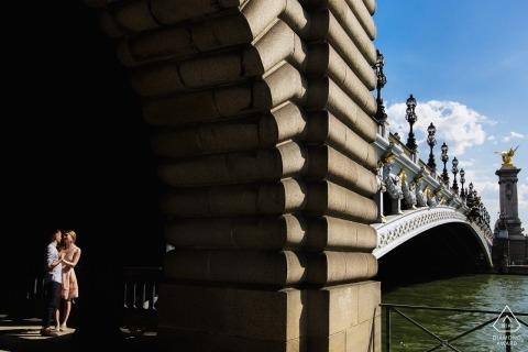 Francja zaręczyny fotografia z parą zaświecającą słońcem przy mostem
