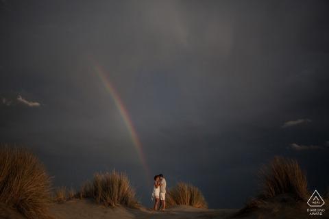 Fotografo di fidanzamento di Miami - ritratti arcobaleno sulla collina