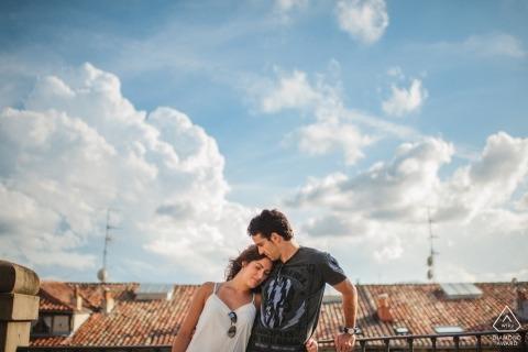在這個比斯開灣訂婚照片拍攝期間,藍天和雲彩盤旋在頭頂上