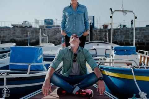 一對夫婦的船舶訂婚畫像在比斯開灣小遊艇船塢的有小船的