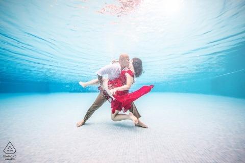 Un ritratto subacqueo di una coppia durante una sessione di pre-matrimonio   Fotografo di fidanzamento di Miami