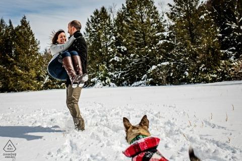 Fotos de compromiso de boda en Baltimore en la nieve con un perro por un fotógrafo de MD