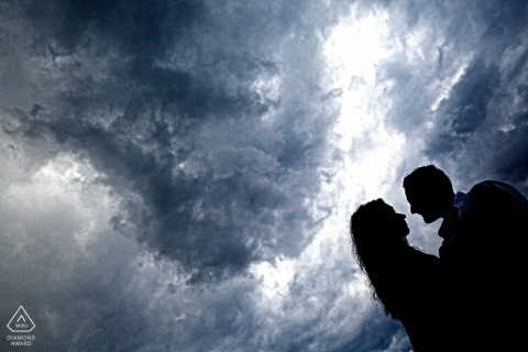 Silhouette of couple against an evening sky during a prewedding photo session | Italian engagement photographer