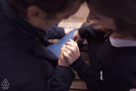與看手和圓環的夫婦的羅馬訂婚照片