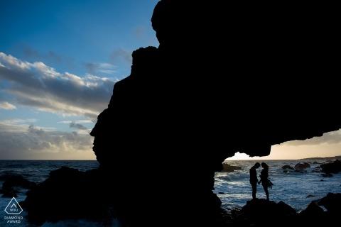 Lake Tahoe Engagement Fotograaf. Portret sessie op het strand op de rotsen bij de golven.