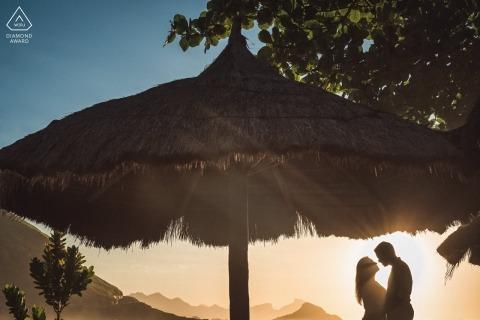 Rio de Janeiro-huwelijksovereenkomstfoto's voor de paren van Brazilië bij het strand in de zon