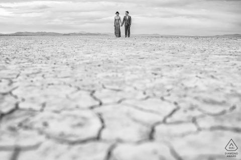 Prewedding portret van een paar in een uitgedroogd landschap Lake Taho verlovingsfotograaf