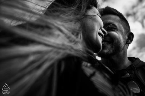 Photographe de fiançailles à Madrid. Portraits de couple noir et blanc avec des cheveux dans le vent.