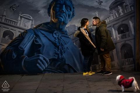 Photographe Engagement Espagne. Peinture murale de street art avec un petit chien dans une veste rouge.