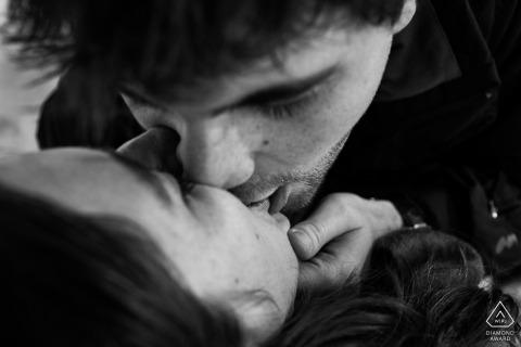 Photographe de fiançailles à Madrid. Portrait de baiser noir et blanc serré.