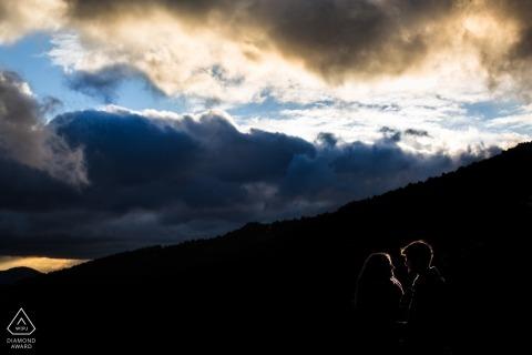 Silhouette rétroéclairée couple au coucher du soleil. Photographe de fiançailles à Madrid