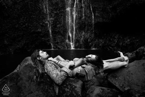 Portrait de couple relaxant sur les rochers. Photographe Engagement Espagne