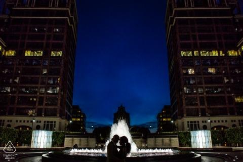 London Verlobungsfotografie   Silhouettierte Paare mit Wasserbrunnen an der Dämmerung