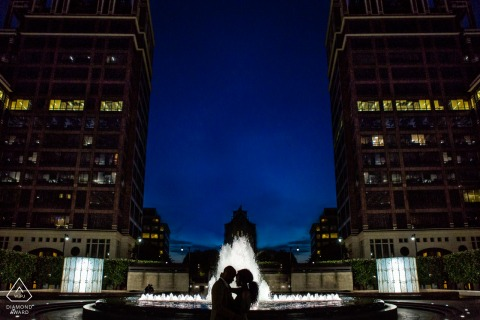 Londen Engagement Photography | Silhouet paar met waterfontein in de schemering