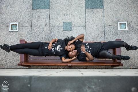 London Verlobungsfotograf   Obenliegendes Porträt von den Paaren, die auf einer allgemeinen Bank liegen