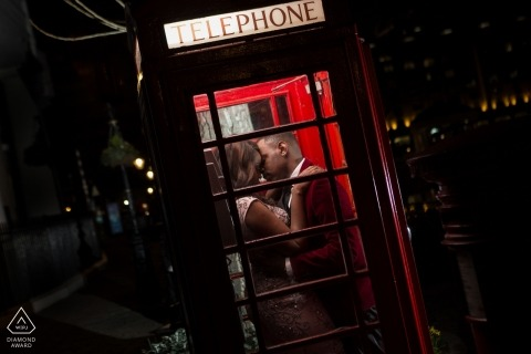 London-Vorhochzeitsfotoaufnahme nachts in einer roten Telefonzelle