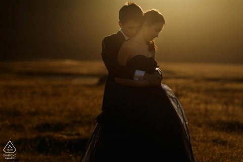 Formale Paarporträts in der Sonne von London Engagement Photographer