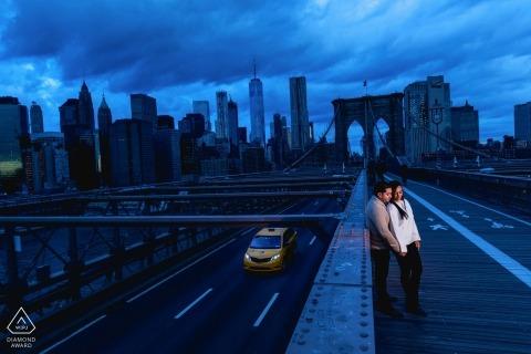 Blautöne in dieser Nacht vor der Hochzeitssitzung. England Verlobungsfotograf
