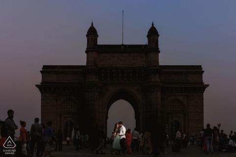 England-Verlobungs-Foto eines Paares gestaltet in der Architektur der Struktur an der Dämmerung.