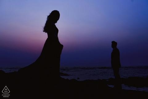 London vor der Hochzeit schießen. Fotograf fängt die purpurroten Farben im Himmel ein, während die Sonne für dieses Schattenbildporträt einstellt.