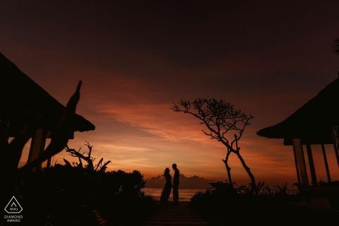 London-Verlobungssitzung. Roter Himmel nachts während dieses Vorhochzeitsporträts.