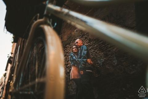 Sienna Verlobungsshooting | Porträt eines Paares gegen Stonewall schoss durch den Rahmen eines Fahrrades