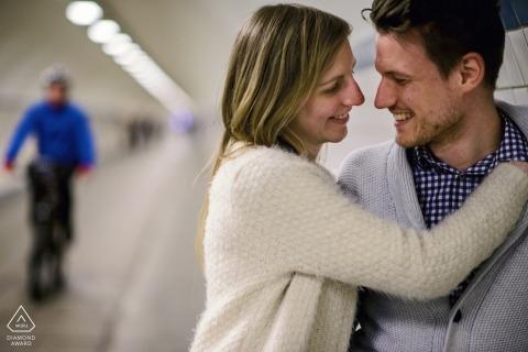 Fotografía de compromiso de Flandes | Retrato de una pareja abrazada en un túnel de amor.
