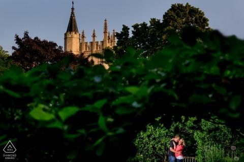 Fotografia di fidanzamento di Chicago tra gli alberi - ritratto in posa idee