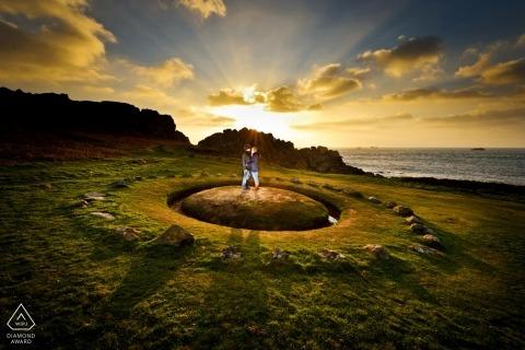 Dramatyczne portrety zachodu słońca dla par na Wyspach Normandzkich | fotografia przedślubna