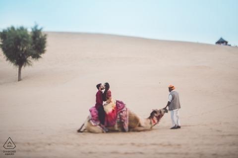Maharashtra-verlovingssessie in de woestijn met de kameel - portretten van vóór de bruiloft