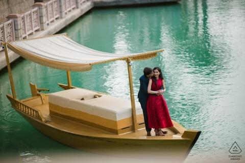 Maharashtra ritratti pre-matrimonio in un abito rosso sulla barca in acqua