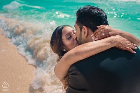 Fotografia di fidanzamento Maharashtra | Ritratti di spiaggia con giovane coppia tra le onde