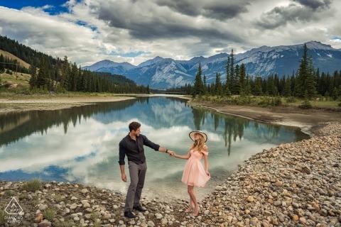 Portretzitting bij het meer in de bergen van Alberta Canada