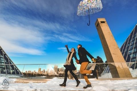 Dieses Paar aus Alberta verliert seinen Regenschirm während einer Winterporträt-Verlobungssitzung in Kanada