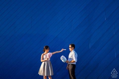 Los Angeles Engagement Fotografie - verspieltes Paar teilen blaue Zuckerwatte