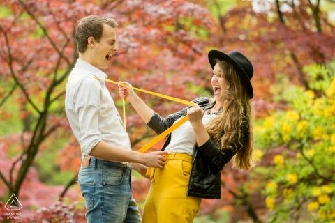 Zuid Holland Engagement Photographer - Divertida pareja jugando juntos en el parque con árboles