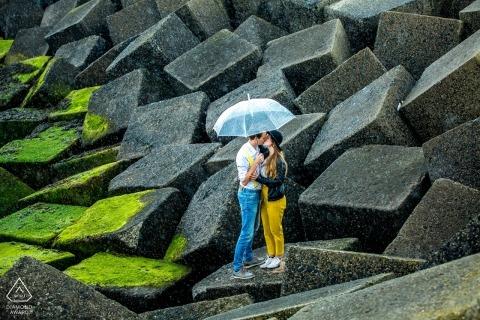 Retrato de pareja en rocas de cantera   Zuid Holland fotografía de compromiso, NL